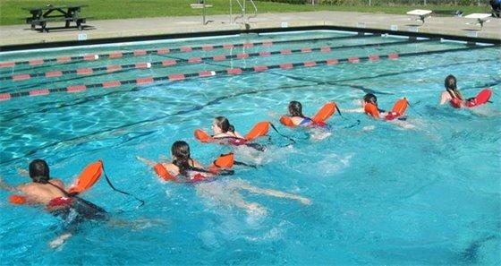 Six kids swimming in the pool